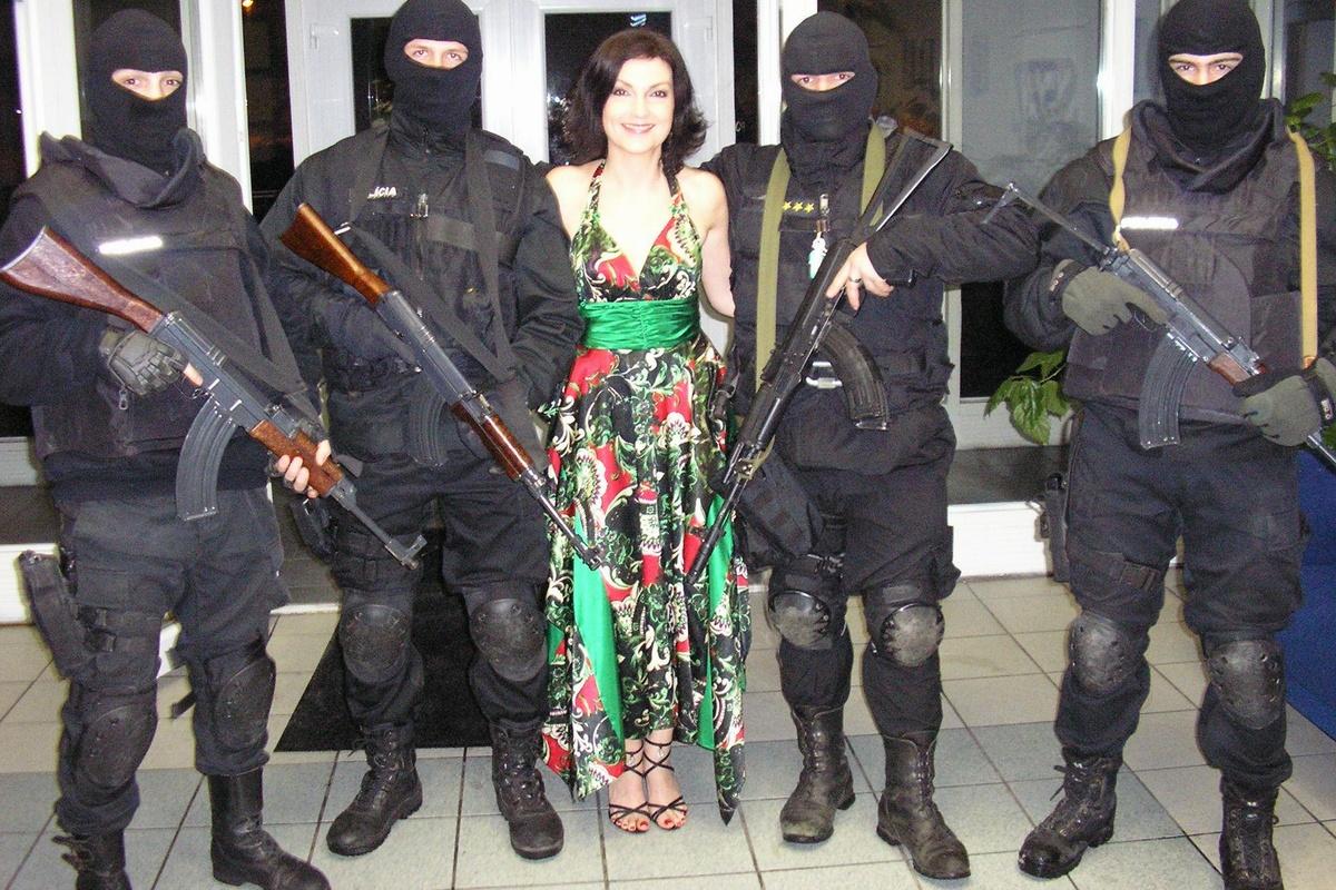 Na policajnom plese boli miesto hostesiek ozbrojení kukláči